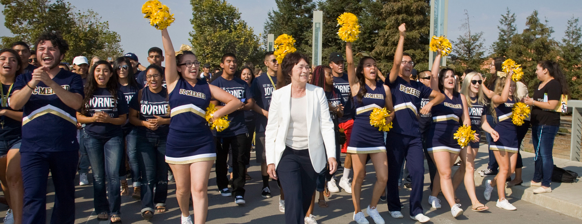 UC Merced new students and Chancellor Leland welcoming students